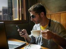 Молодая привлекательная счастливая и успешная молодая работа бизнесмена ослабленная от кофейни интернета с ноутбуком и чернью стоковая фотография
