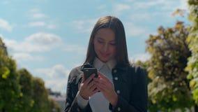 Молодая профессиональная коммерсантка идя на улицы города, солнечность, замедленное движение акции видеоматериалы