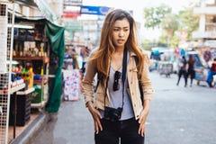 Молодая путешествуя женщина находя потеря на улице стоковые изображения