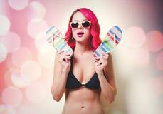 Молодая розовая девушка волос в стеклах бикини и апельсина стоковые фото