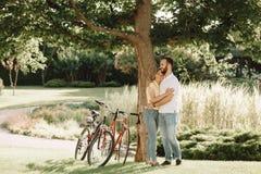 Молодая романтичная пара обнимает outdoors Стоковое Изображение RF