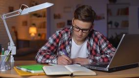 Молодая сводка сочинительства мальчика подготавливая для теста делая проект в образовании в объеме колледжа видеоматериал