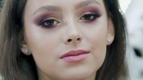 Молодая, сексуальная, горячая девушка, брюнет представляя на камере в салоне красоты акции видеоматериалы