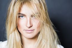 Молодая сексуальная девушка белокурых волос красивая в рубашке Стоковая Фотография