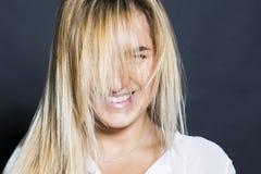 Молодая сексуальная девушка белокурых волос красивая с улыбкой Стоковое Изображение RF