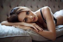 Молодая сексуальная женщина в красивом женское бельё Стоковое фото RF