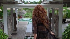 Молодая сексуальная женщина красно-волос в черном женском белье идя и объезжая на вилле slowmotion сток-видео