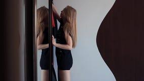 Молодая сексуальная женщина раскрывает дверь ящика зеркала, выбирая одевает в утре видеоматериал