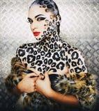 Молодая сексуальная женщина с леопардом составляет на всем тело, крупный план bodyart кота, депрессия Стоковые Изображения RF