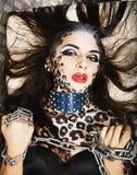 Молодая сексуальная женщина с леопардом составляет на всем тело, bodyart кота Стоковое Изображение RF