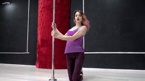Молодая сексуальная сексуальная женщина танца, поли танец танца в зале вокруг поляка Стоковая Фотография RF