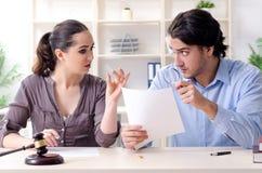 Молодая семья в концепции развода замужества стоковые изображения