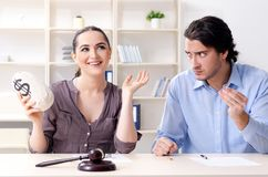 Молодая семья в концепции развода замужества стоковое изображение