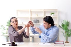 Молодая семья в концепции развода замужества стоковые фото