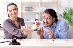 Молодая семья в концепции развода замужества стоковое фото rf