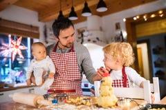 Молодая семья делая печенья дома Стоковые Фотографии RF