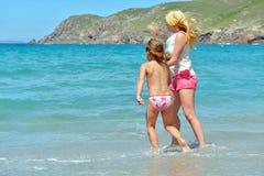 Молодая семья имея потеху на пляже Стоковые Фото