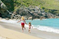 Молодая семья имея потеху на пляже Стоковые Изображения RF
