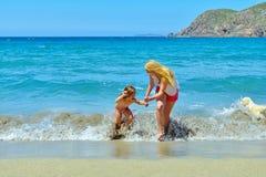 Молодая семья имея потеху на пляже Стоковое Изображение