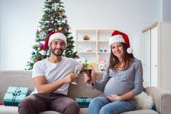 Молодая семья надеясь младенца ребенка празднуя рождество Стоковые Фотографии RF