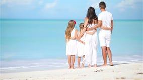 Молодая семья на каникулах на карибском пляже видеоматериал