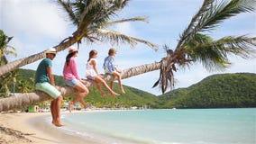 Молодая семья на каникулах пляжа на palmtree акции видеоматериалы