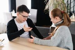 Молодая семья обсуждая финансы и счеты семьи стоковое изображение rf