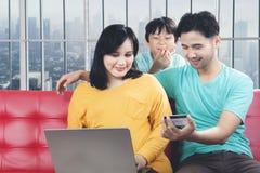 Молодая семья супруга, беременной жены и ходить по магазинам малыша онлайн Стоковые Фотографии RF