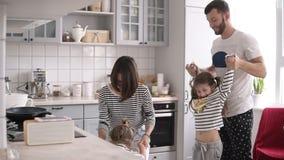 Молодая семья с 2 детьми танцует и имеет потеха на кухне акции видеоматериалы