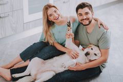 Молодая семья с собакой представляя для фото стоковые фотографии rf