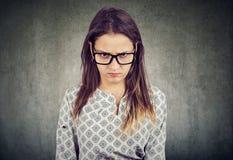 Молодая серьезная сердитая женщина в стеклах стоковые фотографии rf