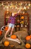 Молодая славная девушка подростка в амбаре стоковое изображение