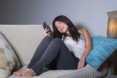 Молодая сладостная счастливая и довольно азиатская корейская женщина используя средства массовой информации app интернета социаль стоковая фотография