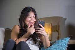 Молодая сладостная счастливая и довольно азиатская корейская женщина используя средства массовой информации app интернета социаль стоковое фото rf