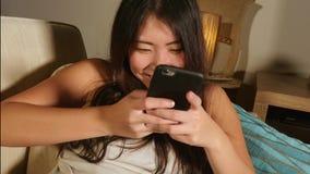 Молодая сладостная счастливая и довольно азиатская корейская женщина используя средства массовой информации app интернета социаль стоковая фотография rf
