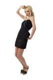 Молодая сногсшибательная белокурая девушка в черной меньшее платье Стоковая Фотография RF