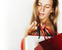 Молодая современная белокурая женщина с разнообразный представлять сумок эмоциональный на белой предпосылке, продаже, концепции л Стоковая Фотография RF