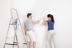 Молодая стена картины пар дома Стоковые Фото