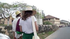 Молодая стильная пара в соломенных шляпах идет улица акции видеоматериалы