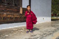 Молодая стойка монаха послушника перед виском, восточным Бутаном стоковое изображение rf