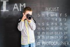 Молодая стрельба ` s мальчика с камерой фото около классн классного Молодой фотограф Творческая идея проекта для календаря 2019 Стоковые Изображения