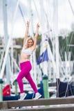 Молодая счастливая белокурая девушка делая спорт в городе стоковое фото rf