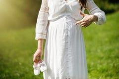 Молодая счастливая беременная женщина ослабляя в природе Закройте вверх pregn Стоковые Изображения RF