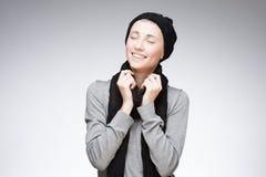 Молодая счастливая девушка на серой предпосылке стоковое изображение