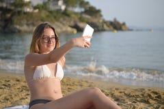 Молодая счастливая девушка принимая selfie на пляже стоковое изображение rf