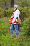 Молодая счастливая девушка приходя от школы стоковое изображение rf