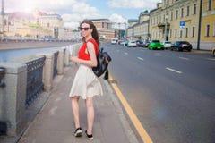 Молодая счастливая девушка стоя на улице в большой усмехаться города Стоковые Изображения RF