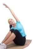 Молодая счастливая женщина делая тренировку пригодности на циновке Стоковые Изображения RF
