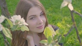 Молодая счастливая женщина идя в яблоневый сад весной цветет белизна красивейшая женщина портрета сток-видео