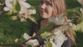 Молодая счастливая женщина идя в яблоневый сад весной цветет белизна Портрет красивейшей девушки видеоматериал